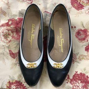 Vintage SALVATORE FERRAGAMO navy white heels gold